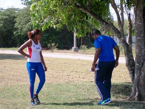 Alicia Laporte atenta a los consejos de Alexandre Navas