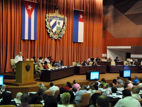 Rodrigo Malmierca Díaz, titular de Comercio Exterior e Inversión Extranjera, interviene durante la Primera Sesión Extraordinaria de la Octava Legislatura de la Asamblea Nacional del Poder Popular, con sede en el Palacio de las Convenciones de La Habana, Cuba, el 29 de marzo de 2014.   AIN FOTO/Marcelino VÁZQUEZ HERNÁNDEZ/ogm