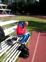 Nelson Layra tomando notas de las chicas de los 800 m
