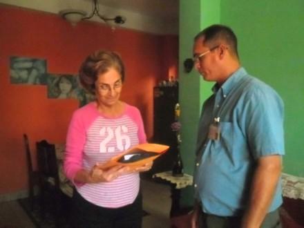 Momentos de la entrega del premio a la familia del Dr. Orlando Jiménez