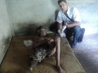 Dr. Orlando Jimenez junto al paciente