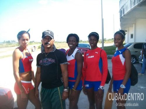 faustino-hernc3a1ndez-con-las-atletas-de-400m_atletismo-deporcuba