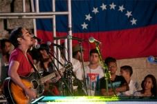 Jóvenes cubanos durante el concierto en la Escalinata de la Universidad de La Habana