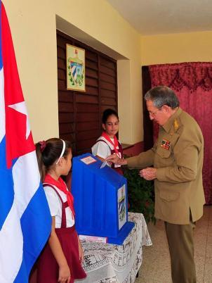 Raúl ejerciendo el voto