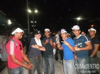 Jóvenes profesionales cubanos minutos antes de iniciar el desfile por el Primero de Mayo en La Habana.