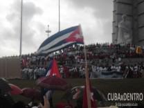 Cubanos y cubanas desfilan con júbilo en La Habana por el Primero de Mayo.