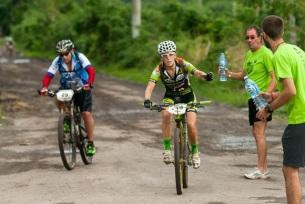 Mirieia Barbera pide agua en el primer punto de hidratación de la segunda etapa Las Terrazas-Soroa (82,6 km) durante la Titán Tropic Cuba de mountain bike el lunes 7 de diciembre de 2015. FOTO de Calixto N. Llanes (CUBA)