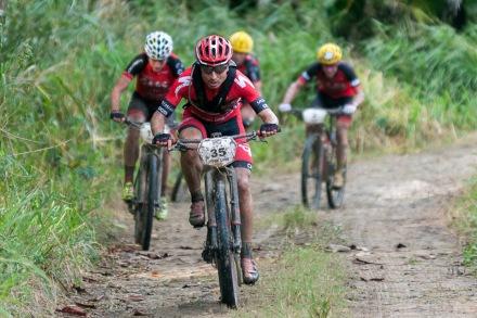 Atletas recorren la primera etapa La Habana-Las Terrazas durante Titán Tropic Cuba de mountan bike el domingo 6 de diciembre de 2015. FOTO de Calixto N. Llanes (CUBA)