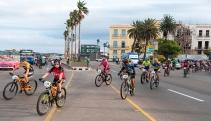 Atletas recorren las calles de La Habana durante el prólogo de la Titán Tropic de ciclismo de montaña, el sábado 5 de diciembre de 2015. FOTO de Calixto N. Llanes (CUBA)