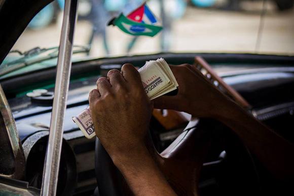 Los taxistas por cuenta propia tienen ingresos superiores a la media en Cuba. Foto: Fernando Medina/Cubahora