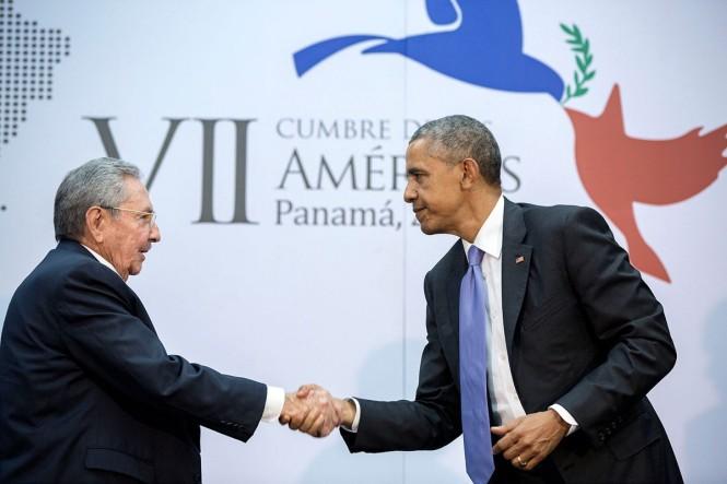 Barack Obama y Raúl Castro en la cumbre de Panamá