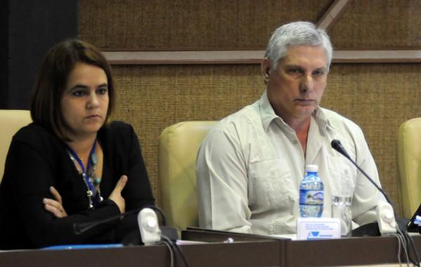 Ailyn Febles y Miguel Díaz-Canel durante el debate de la Comisión 2 (Proyección Estratégica) como parte de la Asamblea Nacional Constitutiva de la Unión de Informáticos de Cuba.