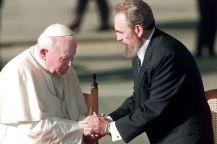Fidel Castro recibiendo al Papa Juan Pablo II en su visita a Cuba en 1998