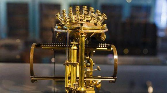 el-teclado-de-la-primera-maquina-de-escribir-que-se-comercializo-la-bola-de-escribir-de-hansen-580x326