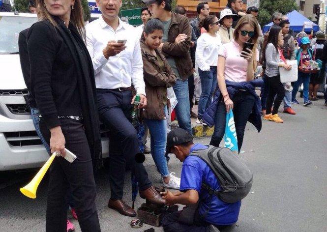 Grupo que protesta frente al CNE, Quito*