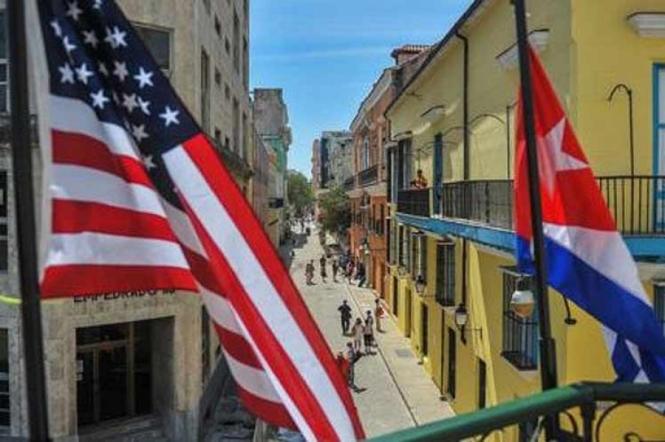 Banderas desde lo alto de un balcón