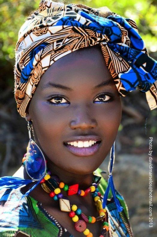 Mujer negra con rasgos africanos